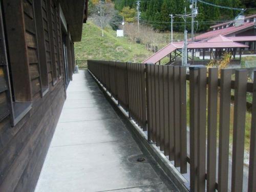 関市 板取中学校体育館 再生木材転落防止柵