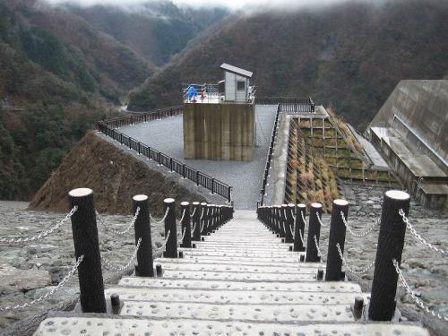 徳山ダム(提体) チェーン柵